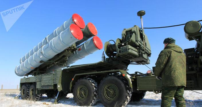 Wyrzutnia systemu S-400 na terenie rosyjskiego poligonu państwowego Kapustin Jar