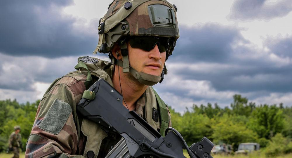 Francuski żołnierz podczas ćwiczeń wojskowych. Zdjęcie archiwalne