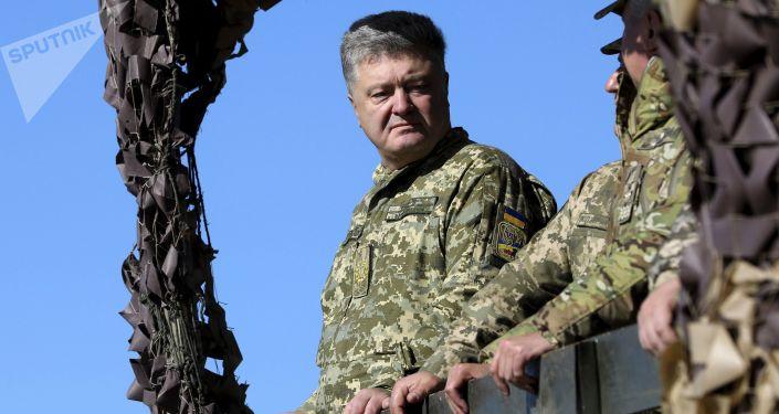 Prezydent Ukrainy Petro Poroszenko podczas ćwiczeń Sił Zbrojnych Ukrainy na wybrzeżu Morza Azowskiego