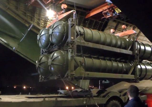 Rozładunek przeciwlotniczych systemów rakietowych S-300 w Syrii