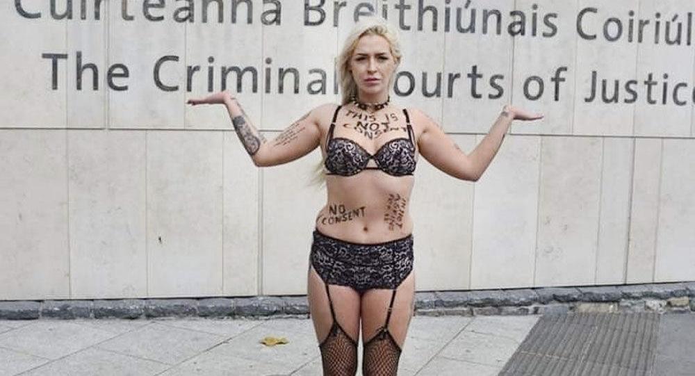 Stacy Ellen Murphy na ulicy w bieliźnie na znak protestu przeciwko oskarżaniu ofiar gwałtu