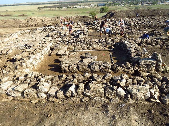 Fragmenty starożytnej osady Manitra na Krymie