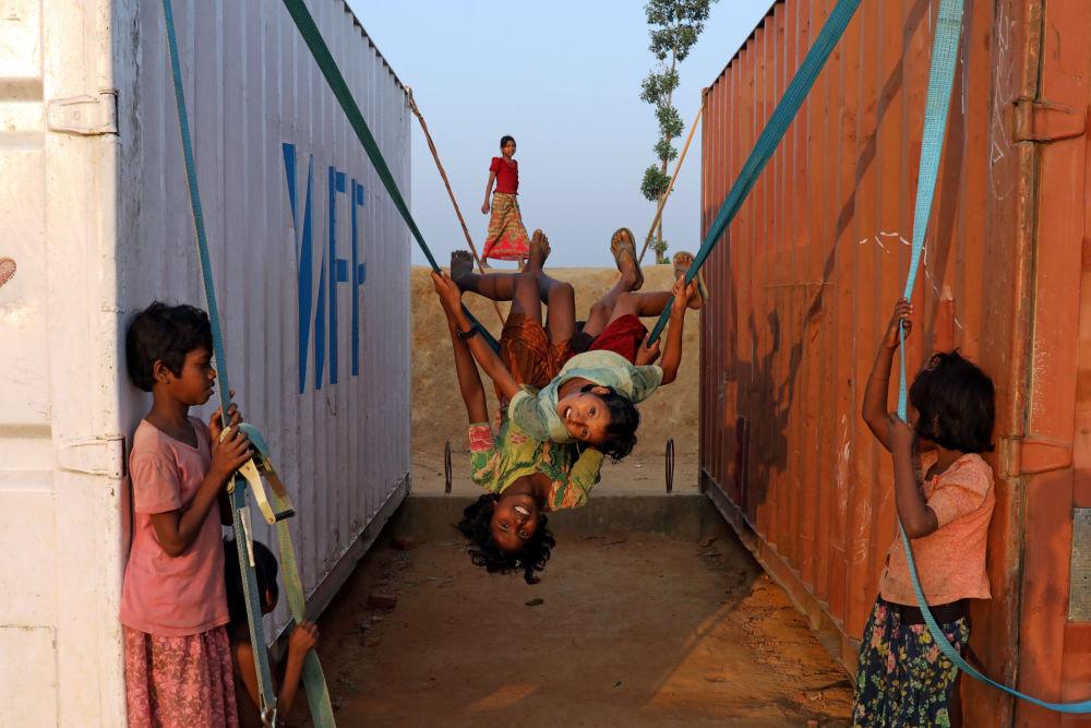 Dzieci bawią się w obozie dla uchodźców w mieście Koks Badźar w Bangladeszu