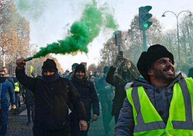 """Protest """"żółtych kamizelek"""" przeciwko podniesieniu cen benzyny i oleju napędowego we Francji"""