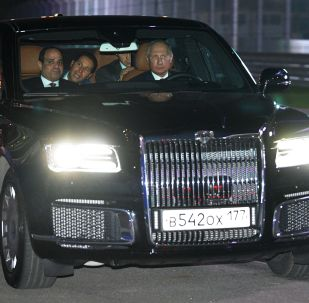 """Prezydent Federacji Rosyjskiej Władimir Putin i prezydent Arabskiej Republiki Egiptu Abdel Fattah Al-Sisi w samochodzie Aurus kolumny prezydenckiej na trasie """"Soczi Autodrom"""""""