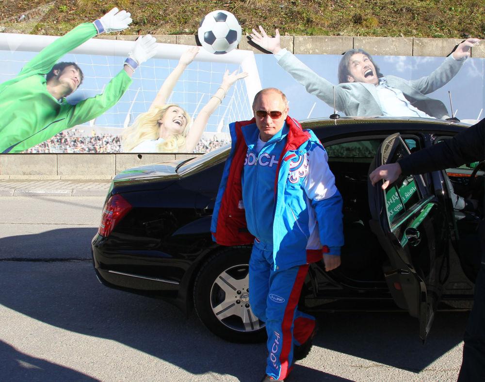 Prezydent Federacji Rosyjskiej Władimir Putin wysiada z samochodu podczas wizyty w ośrodku narciarskim Krasnaja Polana w Soczi