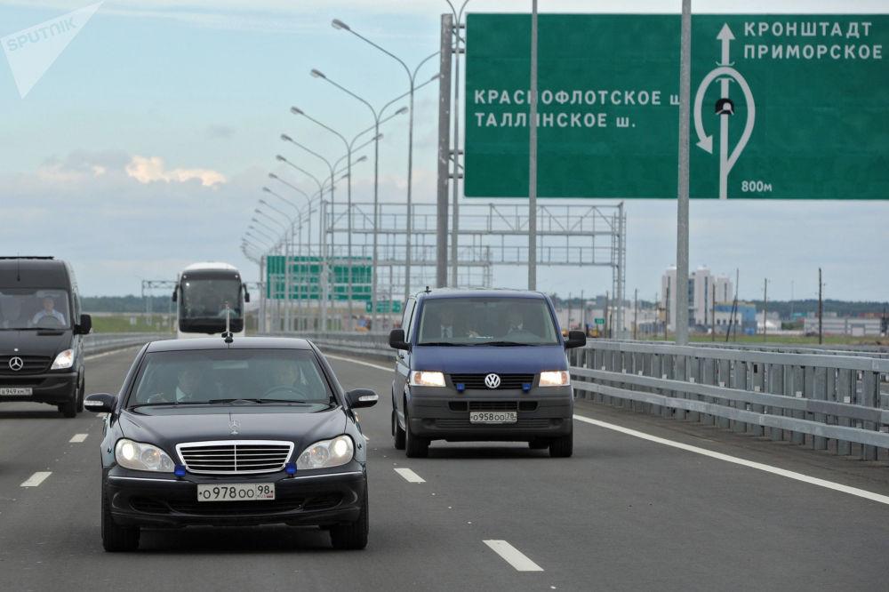 Prezydent Rosji Władimir Putin za kierownicą Mercedes-Benz Pullman