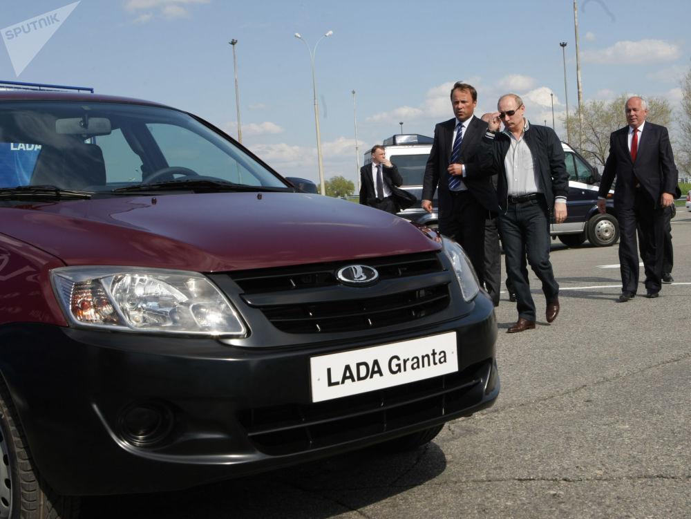 Rosyjski premier Władimir Putin ogląda nowy model samochodu stworzonego na bazie Łada-Kalina - Lada-Granta na terytorium fabryki AutoWAZ