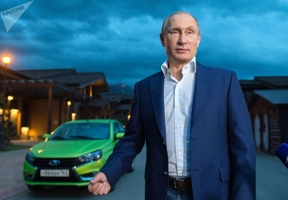 Prezydent Federacji Rosyjskiej Władimir Putin i nowy model AutoWAZu Lada Vesta w ośrodku narciarskim Krasnaja Polana