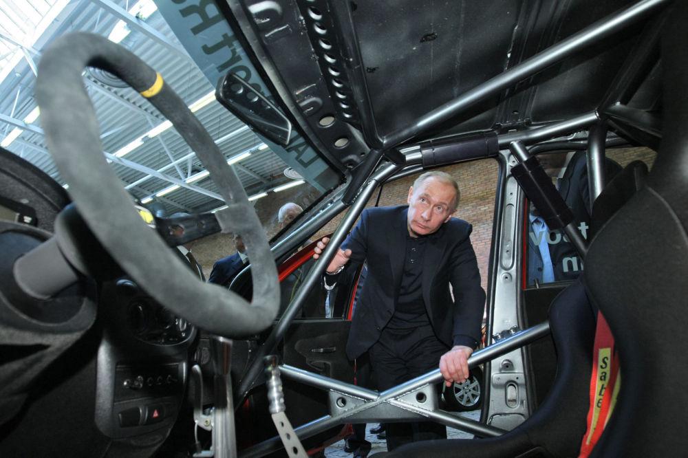 Rosyjski premier Władimir Putin ogląda asortyment modeli AutoWAZ