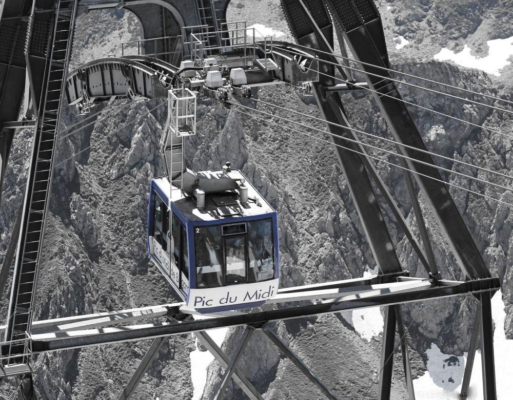 Widok na Pireneje z kolejki linowej