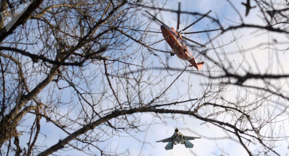 Śmigłowiec Mi-26 przewozi na podwieszeniu zewnętrznym  Su-27