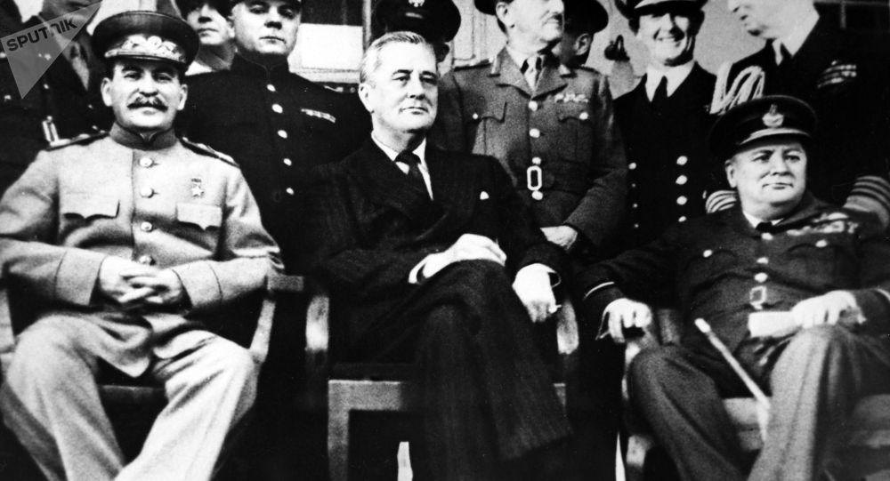 Przywódca ZSRR Józef Stalin, prezydent USA Franklin Roosevelt i premier Wielkiej Brytanii Winston Churchill na Konferencji teherańskiej w 1943 roku