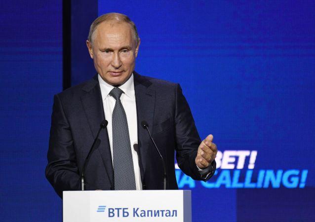 """Prezydent Rosji Władimir Putin przemawia na plenarnej sesji forum inwestycyjnego VTB Kapitał """"Rosja woła!"""