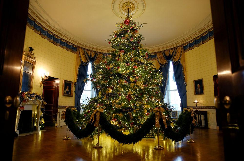 Oficjalna choinka w Niebieskim Pokoju Białego Domu w Waszyngtonie