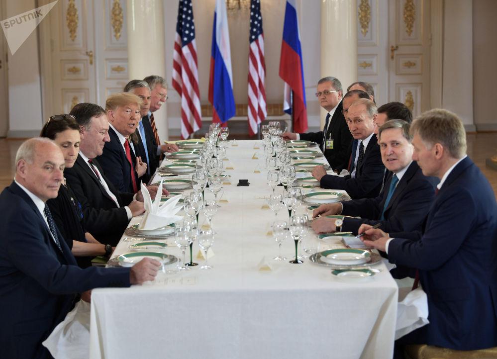 Władimir Putin i Donald Trump podczas rozmów w pałacu prezydenckim w Helsinkach