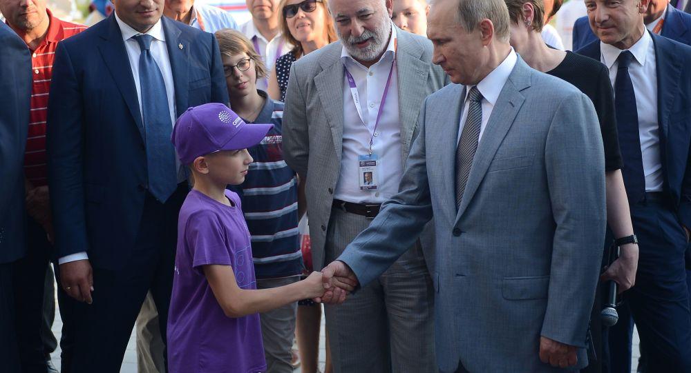 Prezydent Rosji Władimir Putin ściska dłoń 11-letniemu Denisowi z Pskowa