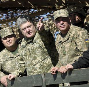 Minister obrony Ukrainy Stepan Połtorak, prezydent Ukrainy Petro Poroszenko i dowódca marynarki wojennej Igor Woronczenko