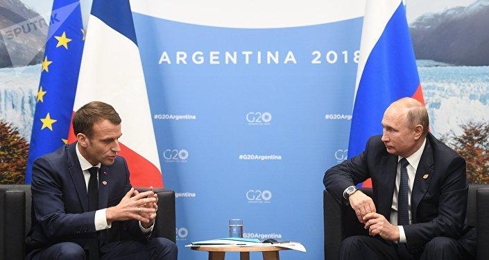 Emmanuel Macron i Władimir Putin w Buenos Aires