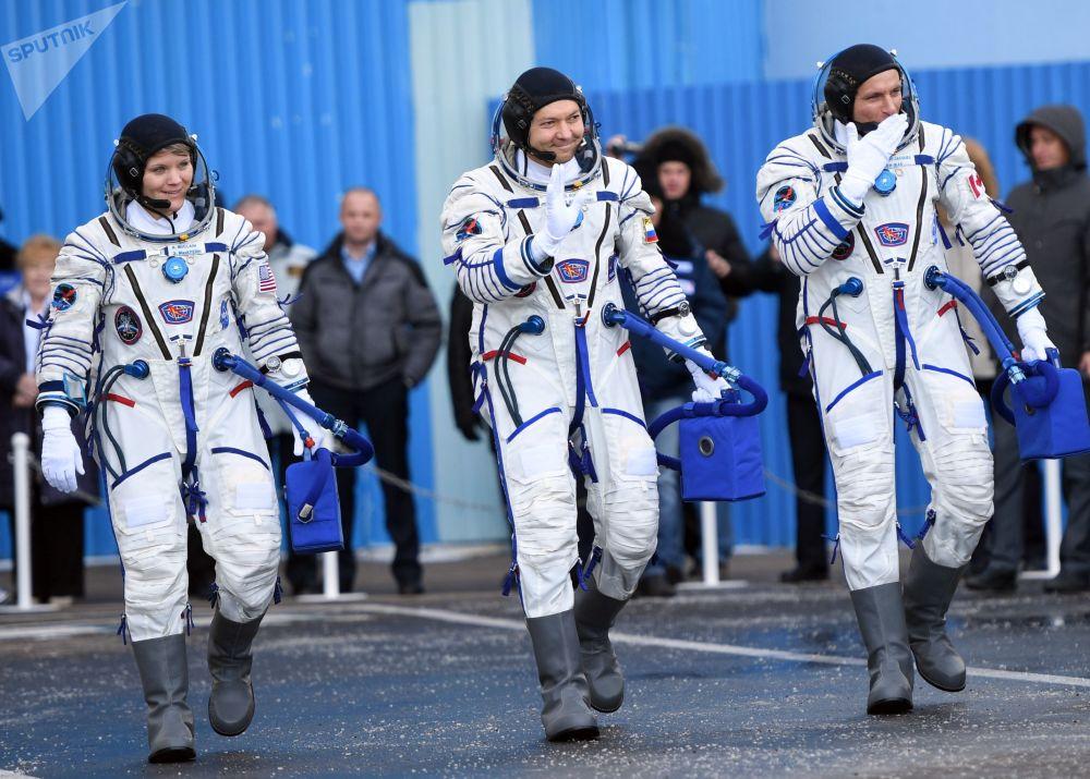 Członkowie załogi ISS-58/59, David Saint-Jacques, Oleg Kononienko i Ann McClain przed startem rakiety nośnej Sojuz-FG z załogowym statkiem kosmicznym Sojuz MS-11 na kosmodromie Bajkonur