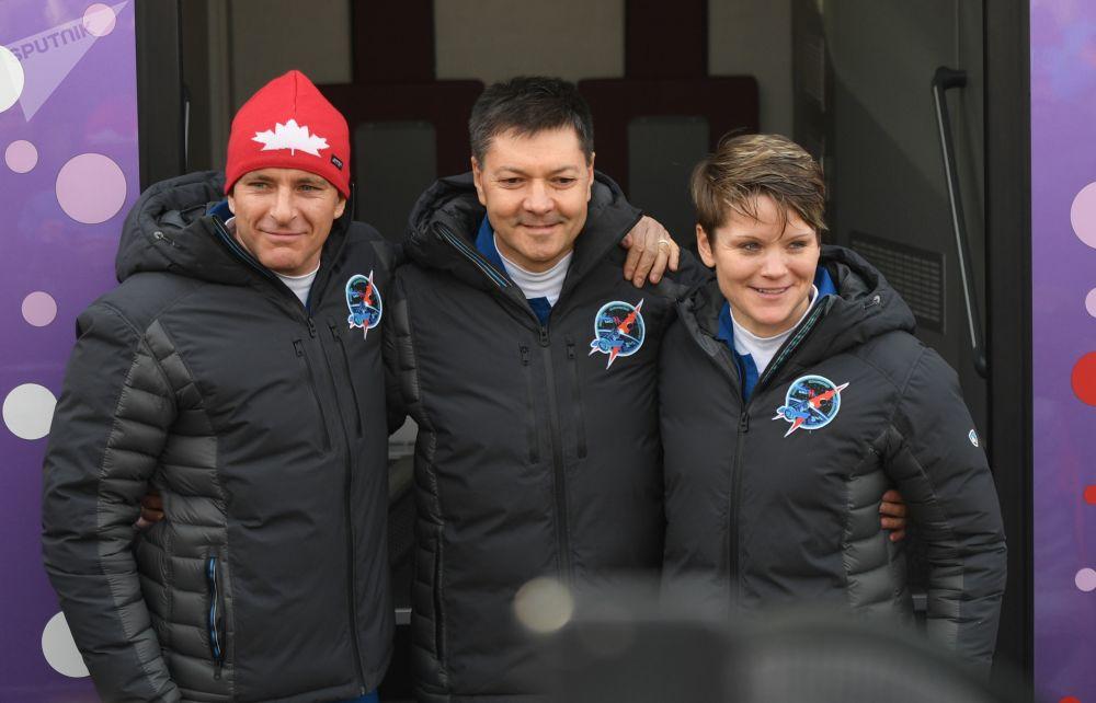 Członkowie misji załogowej ISS-58/59 przed startem rakiety nośnej Sojuz-FG na kosmodromie Bajkonuru