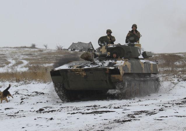 Sprzęt pancerny Sił Zbrojnych Ukrainy na wschodzie Ukrainy. Zdjęcie archiwalne