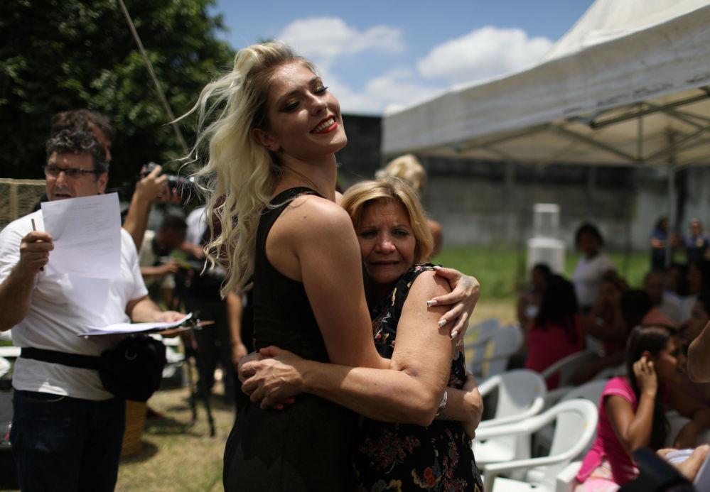 Więźniarka i uczestniczka konkursu piękności Miss Talavera Bruce obejmuje swoją mamę przed rozpoczęciem konkursu