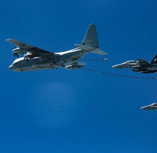 Amerykańscy myśliwce F/A-18 Hornet i cysterna KS-130. Zdjęcie archiwalne
