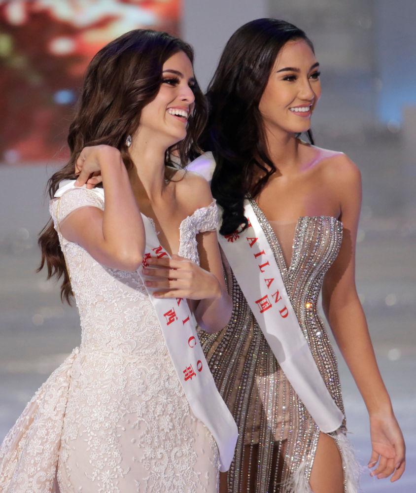 Miss Meksyk i Miss World 2018 Vanessa Ponce de Leon po lewej i Miss Tajlandia Nicolene Limsnukan po prawej stronie