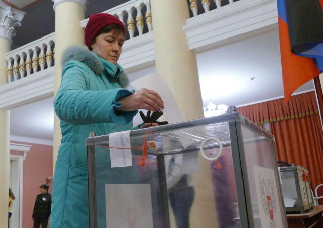Kobieta głosuje w wyborach na szefa DRL i deputowanych Rady Ludowej DRL w lokalu wyborczym nr 158 w Doniecku