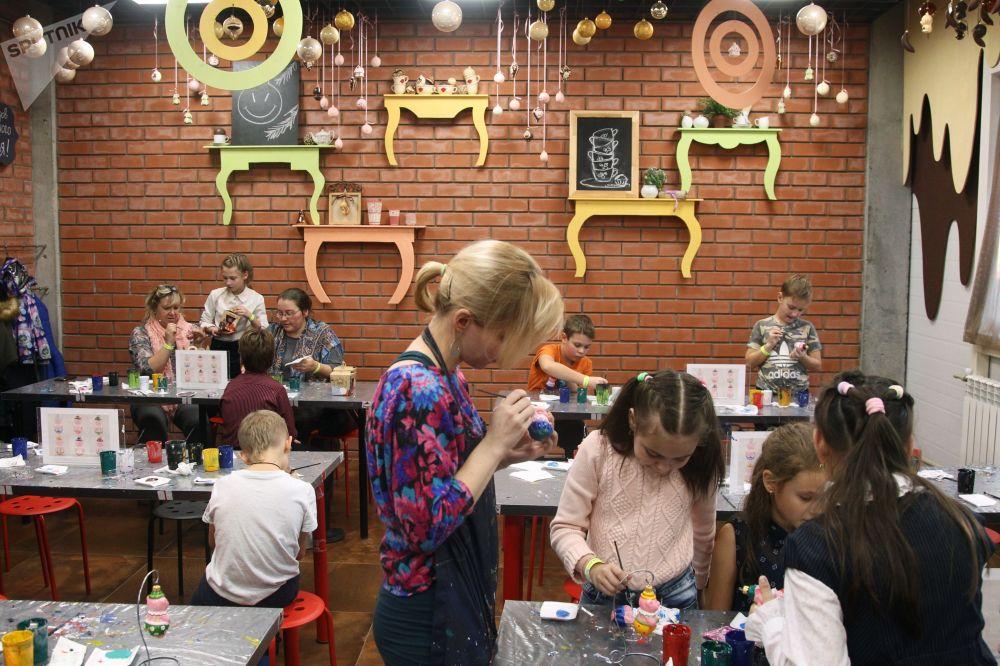 Dzieci podczas zajęć, na których będą się uczyć ozdabiać bombki