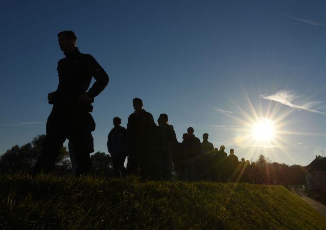 Migranci po przekroczeniu austriacko-niemieckiej granicy