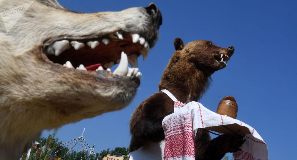 Manekiny wilka i niedźwiedzia w Kazaniu