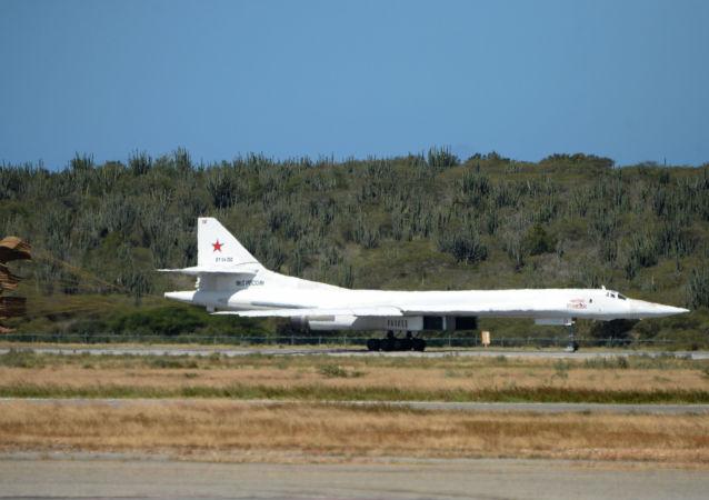 Samolot bombowy Tu-160 podczas lądowania na wenezuelskim lotnisku
