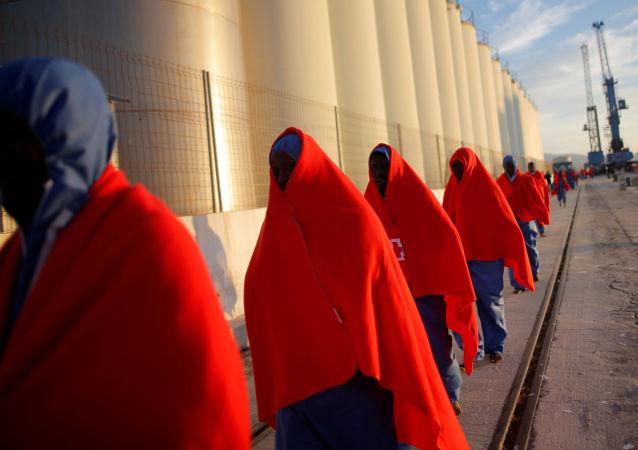 Uratowani na Morzu Śródziemnym migranci w porcie Malagi, Hiszpania