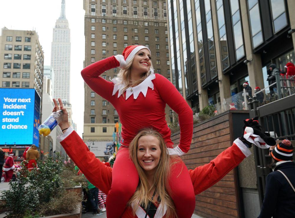 Uczestnicy festiwalu Świętych Mikołajów SantaCon 2018 w Nowym Jorku