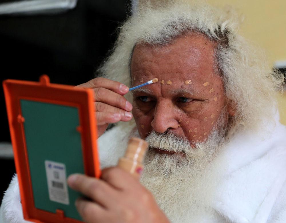 Brazylijski Święty Mikołaj przygotowuje się do wyjścia...