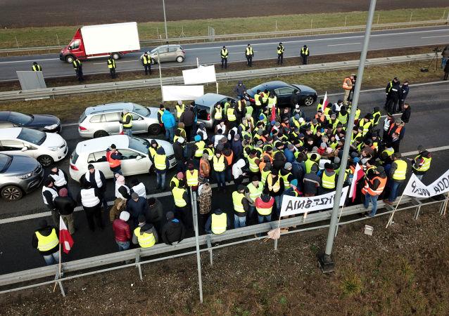 """Akcja protestacyjna """"żółtych kamizelek"""" w Polsce"""