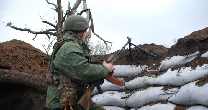 Żołnierz DRL na pozycji. Zdjęcie archiwalne