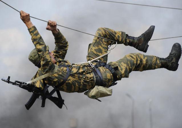 Żołnierz z 22 Gwardyjskiej Samodzielnej Brygady do zadań specjalnych podczas praktycznych zajęć na torze przeszkód