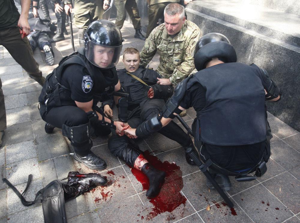 Policja pomaga koledze podczas zamieszek w Kijowie