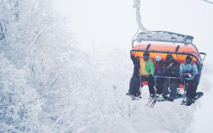 """Narciarze na kolejce krzesełkowej w kurorcie górskim """"Gazprom"""" w Soczi"""