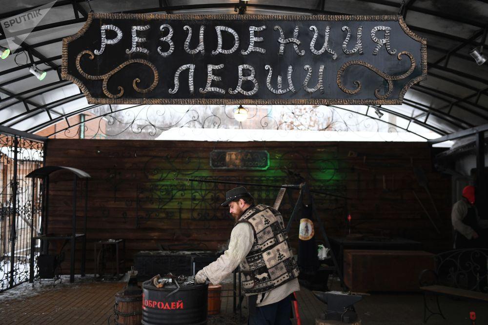 Kowal w warsztacie rzemieśniczym w Tule