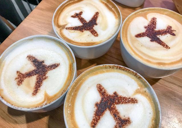 Filiżanka kawy z obrazkiem samolotu