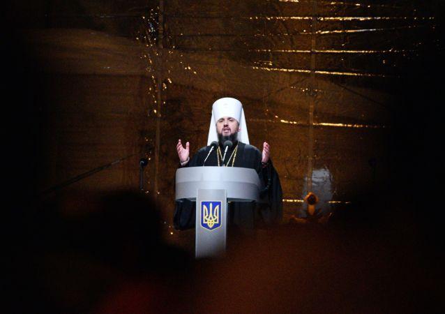 """Zwierzchnik nowego Ukraińskiego Kościoła Prawosławnego Patriarchatu Kijowskiego Epifaniusz przemawia na """"soborze zjednoczeniowym"""" na placu Sofijskim w Kijowie"""