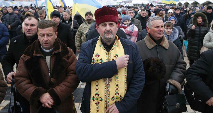 Wierni na soborze zjednoczeniowym na placu Sofijskim w Kijowie