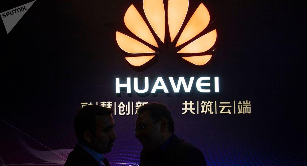 Logotyp firmy Huawei w centrum wystawowym gospodarki cyfrowej w Jining