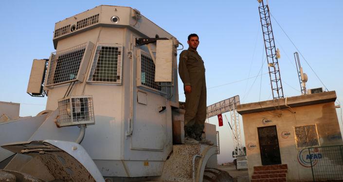 Żołnierz tureckiej armii w obozie dla uchodźców w Syrii