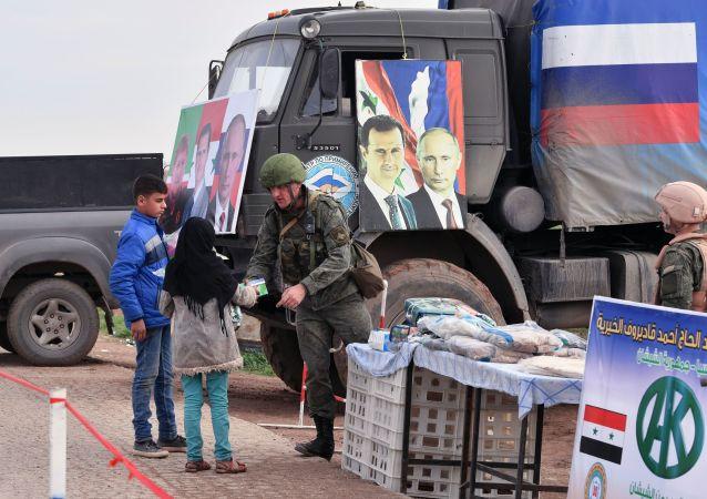Portrety Władimira Putina i Baszara Asada na samochodzie Rosyjskiego Centrum Pojednania Stron Konfliktu w Syrii