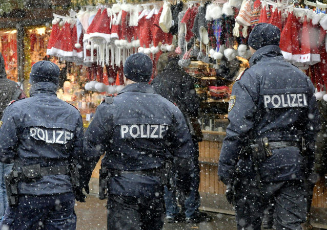 Patrol policyjny na jarmarku bożonarodzeniowym w Wiedniu